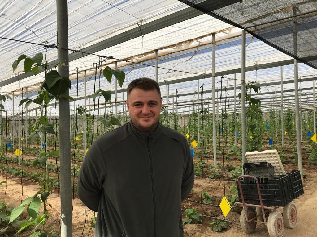 """Alex Rusu a plecat împreună cu părinții săi în Spania, la vârsta de 10 ani. Acum are 28 de ani și e agricultor ...Se gândește serios să revină în România, să investească acasă...Alex e un exemplu că românii harnici și serioși reușesc în viață chiar dacă, pentru asta, trebuie să părăsească țara. Și e dovada că ..."""" 2"""