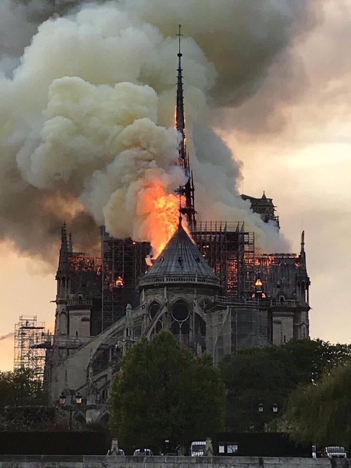"""Claudia Gutulescu: """"Ma uit la flăcările astea și ma doare sufletul.Am văzut-o la 9 ani....Hai, Notre Dame! Stai în picioare. Pentru mine, pentru copilul meu, pentru ..."""" 1"""