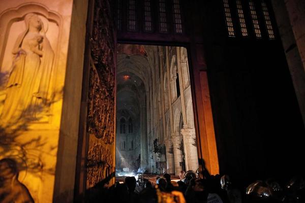 (Foto) Incendiu la Notre-Dame aproape stins. Primele ipoteze și Primele imagini din interiorul Catedralei. Ce a putut fi salvat 1
