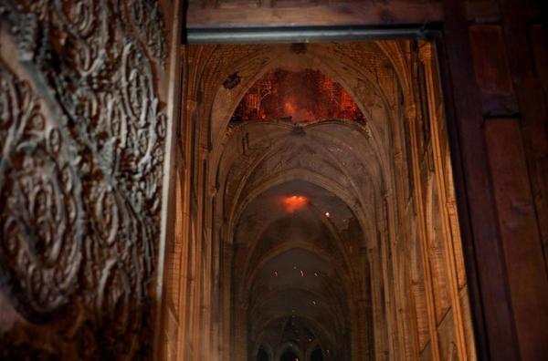 (Foto) Incendiu la Notre-Dame aproape stins. Primele ipoteze și Primele imagini din interiorul Catedralei. Ce a putut fi salvat 2