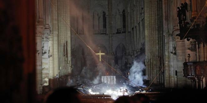 (Foto) Incendiu la Notre-Dame aproape stins. Primele ipoteze și Primele imagini din interiorul Catedralei. Ce a putut fi salvat 3