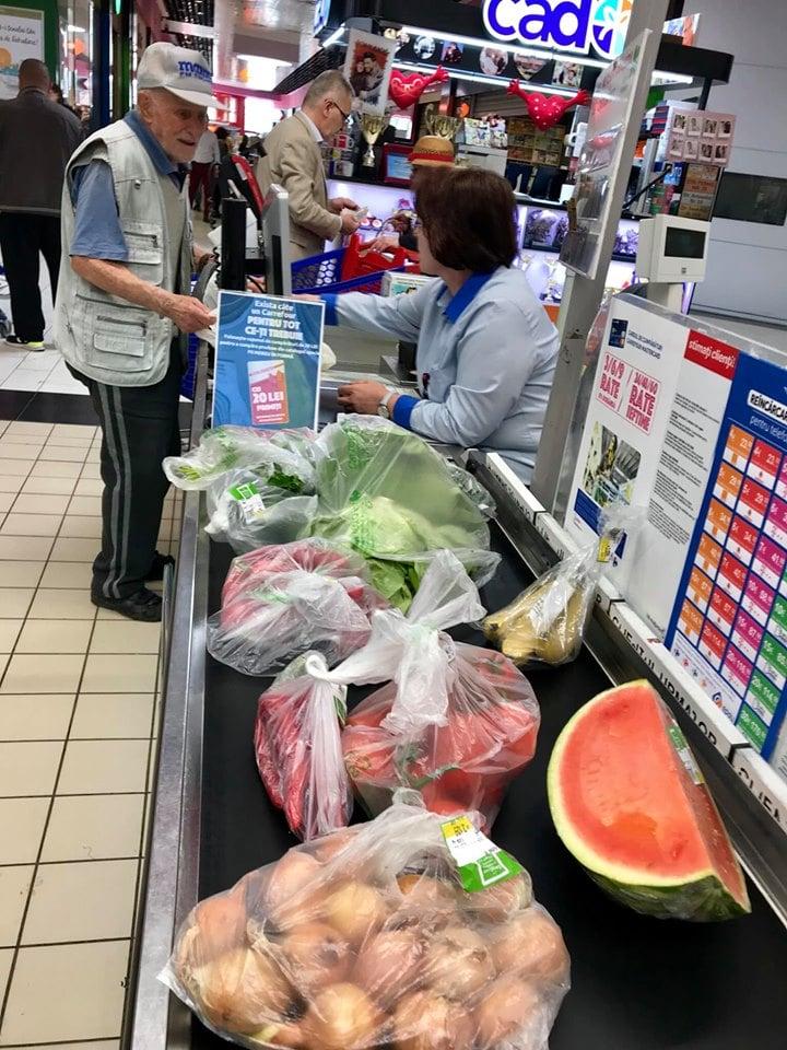 """Omenie. Giani: """"Carrefour. L-am urmărit printre rafturile de legume pe bătrânelul din imagini... Nimeni nu-l băga în seamă. Mi s-a rupt inima. L-am abordat respectuos, întrebându-l dacă îmi permite să îi umplu coșul de cumpărături, pe cheltuiala mea. La început a..."""" 1"""