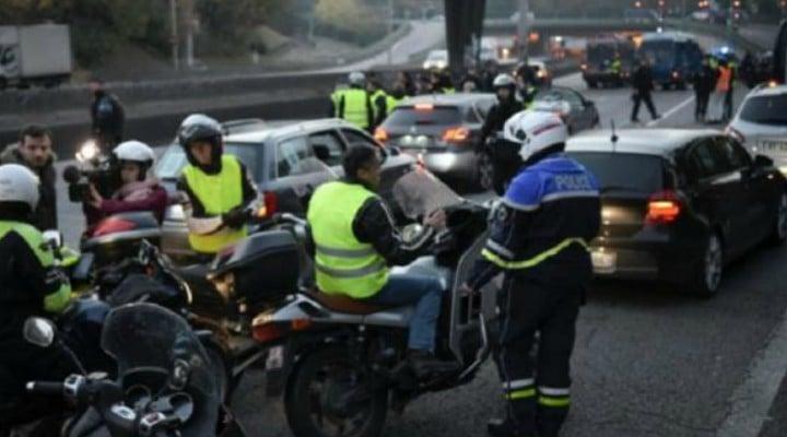 """Fără cumpărături! Româncă din Franța: """"La mine situația e critică  în sensul că autostrăzile sunt blocate intrări-iesiri, sensuri giratorii, dar și toate magazinele alimentare de tip Casino, Leclerc sau Carrefour. Te împiedică din a intra în magazine sau au blocat intrările ..."""" 1"""