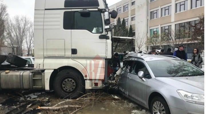 """(Foto) Cel mai """"tare"""" șofer din România? A intrat cu TIR-ul în 9 mașini parcate pe un bulevard 4"""