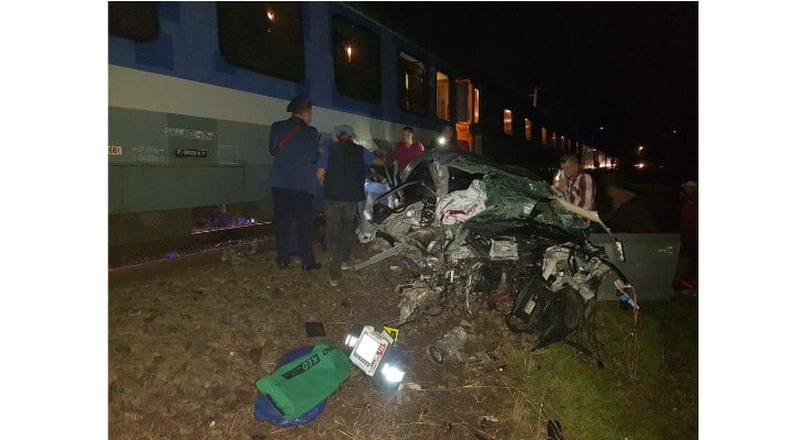 (Foto) Update. Accident ca-n filme: două mașini s-au tamponat pe DN 17, una a zburat pe linia ferată  și a fost lovită de locomotiva unui tren accelerat. 4 persoane rănite 5