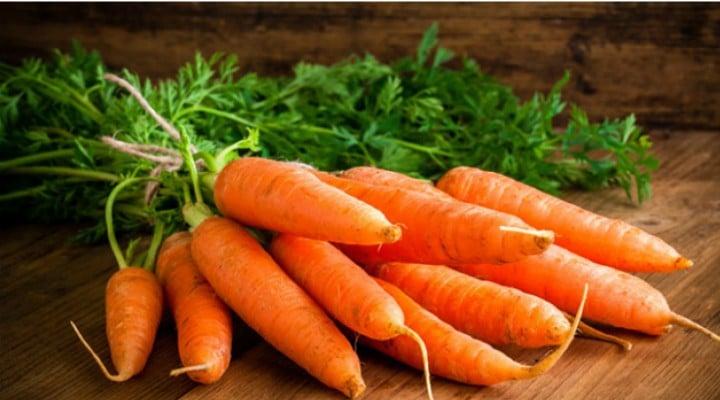 """Medicul nutriţionist Lavinia Bratu: """"Femeile care mânăncă zilnic un morcov, reduc riscurile atacului de cord cu 22%....Pectatul de calciu, un tip de fibră solubilă în morcov, se dovedeşte a deţine proprietăţi ce scad colesterolul; vitaminele B şi câteva minerale, inclusiv o doză semnificativă de..."""" 1"""
