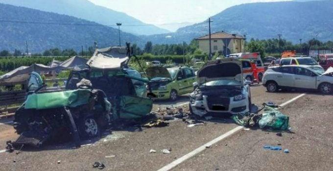 (Video) Accident grav. Un român din Italia a ratat depășirea: 6 mașini lovite, 12 răniți, inclusiv fiica acestuia de 2 ani 8