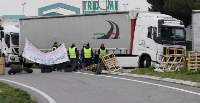 """Şofer român de TIR în Franța agresat și blocat pe autostradă de """"vestele galbene"""": """"Dă-ne 100 de euro, aici e Franţa!"""" 10"""