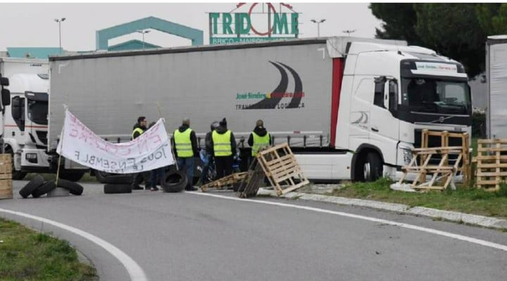 """Şofer român de TIR în Franța agresat și blocat pe autostradă de """"vestele galbene"""": """"Dă-ne 100 de euro, aici e Franţa!"""" 1"""