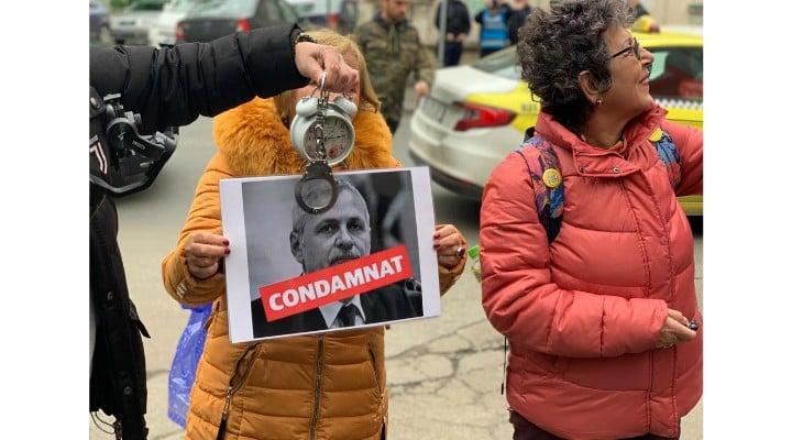 """(Video) Liviu Dragnea apărat la Tribunal de sute de susținători! Protestatarii au adus cu ei un ceas, catuse si o fotografie cu Liviu Dragnea pe care scrie """"condamnat"""" 1"""