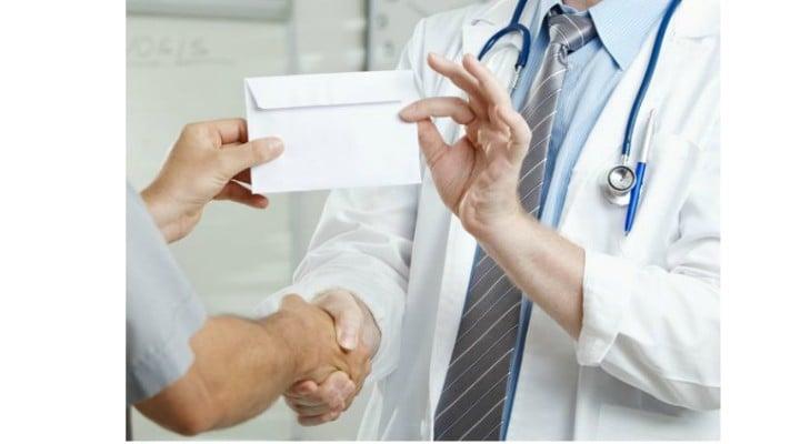 """Medicul Vasi Rădulescu: """"Nu le mai dați nimic medicilor! Serios. Nu le mai dați nimic.Astăzi, când vorbim de salarii de peste 20.000 lei pe lună la unii medici, plicul ar fi trebuit să dispară. Dar de unde! Propun ceva, dinspre pacient"""": 1"""