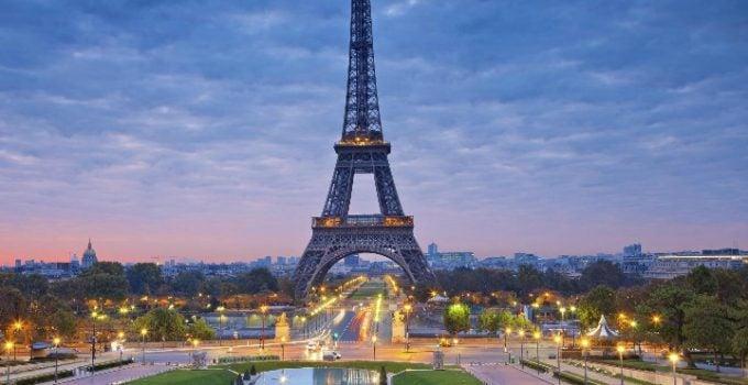 """Român în Franța. """"În România eram obsedat să traversez doar prin locurile permise și să respect culoarea verde la trecerile de pietoni. În Paris e în regulă să treci pe unde vrei chiar și pe roșu pe treceri, aproape toată lumea face asta. Am început să mă adaptez și eu, ah, și încă un lucru, poți arunca chiștoacele de țigări pe jos, nu e nici o problemă.  La unele terase nici nu îți ..."""" 11"""