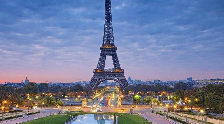 """Român în Franța. """"În România eram obsedat să traversez doar prin locurile permise și să respect culoarea verde la trecerile de pietoni. În Paris e în regulă să treci pe unde vrei chiar și pe roșu pe treceri, aproape toată lumea face asta. Am început să mă adaptez și eu, ah, și încă un lucru, poți arunca chiștoacele de țigări pe jos, nu e nici o problemă.  La unele terase nici nu îți ..."""" 1"""