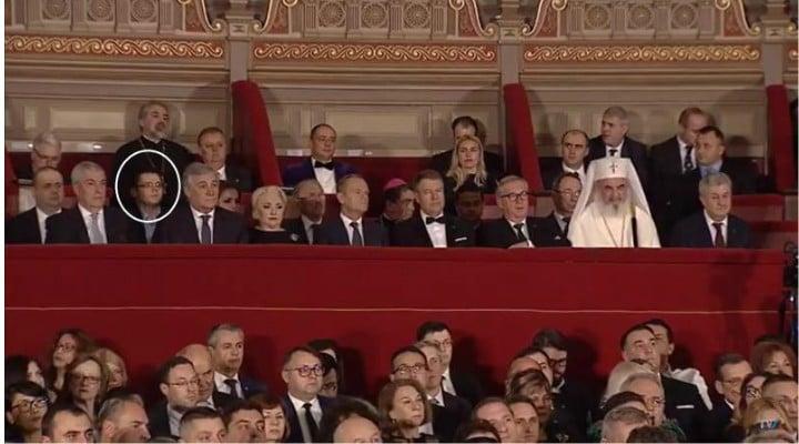"""Alexandru Cautis: """"Diferența dintre civilizație și țopârlănie.Donald Tusk a ținut un frumos discurs în limba română. Viorica Dăncilă l-a adus pe fi-su la tribuna oficială, în spatele ei, fără cravată, descheiat la cămașă. Iar fata mică din spatele lui Donald Tusk este iubita lui Dăncilă junior. Fiul lu Dăncilă și gagică-sa sunt  ..."""" 1"""