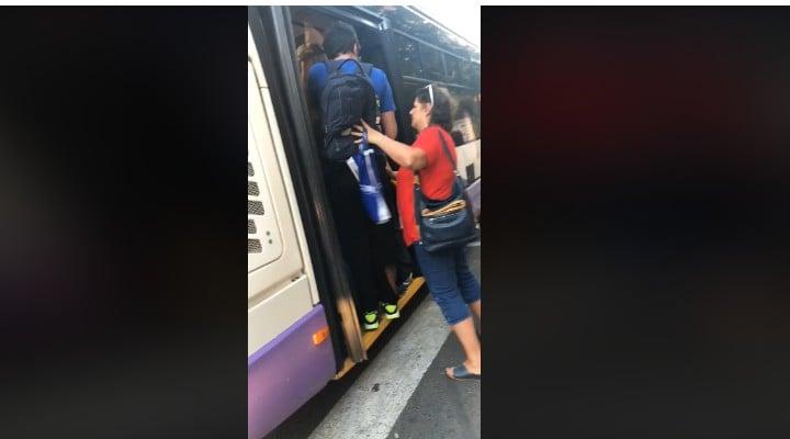 (Video) Ca pe vremea lui Ceaușescu. Tânăr din România împins pe scările unui autobuz ca să ajungă la școală 1