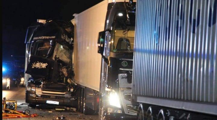 Foto Accident Un şofer român de TIR a murit strivit în cabină, pe o autostradă în Germania. Accident cu 4 camioane 4