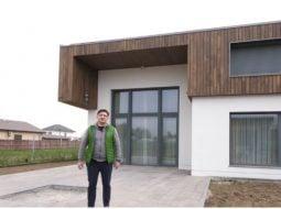(Video) Cum arată casa lui George Buhnici! Este prima din România de acest fel.  oglinzile de la baie se conectează cu muzica de la telefon. Rulourile se coboară şi se ridică în funcţie de poziţia soarelui, iar la intrare e un cititor de amprente. Mobila din bucătărie e dotată cu senzori 30