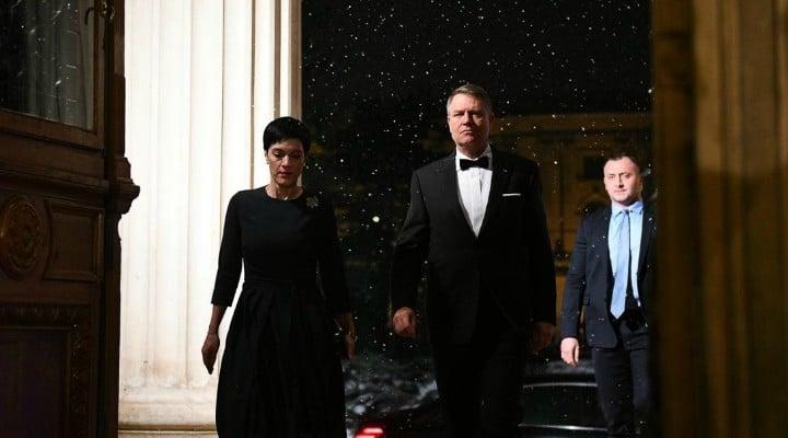 "(Foto)  Iohannis, ""James Bond is back"" Paula Rusu: ""La tinutele din seara asta: Iohannis - 10, Ciolos - ca un ciumpalac fara cravata, Viorica ..."" 1"