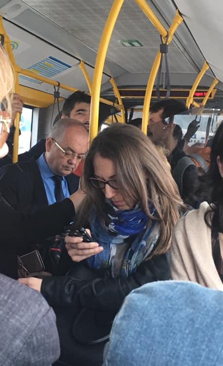 """Gabriela Firea îl copiază pe Emil Boc și se plimbă cu tramvaiul. Doar că este păzită bine de """"bodyguarzi"""". Ciprian Ciucu: """"Câtă ipocrizie în acestă fotografie! Gabriela Firea nu merge în mod normal cu tramvaiul: o face doar pentru poze. Nu merge singură, ci cu un alai. Nu este printre oameni, cum vrea să sugereze ci este bine păzită și protejată de oamenii ei, de aceia pe care îi ține pe ..."""" 2"""