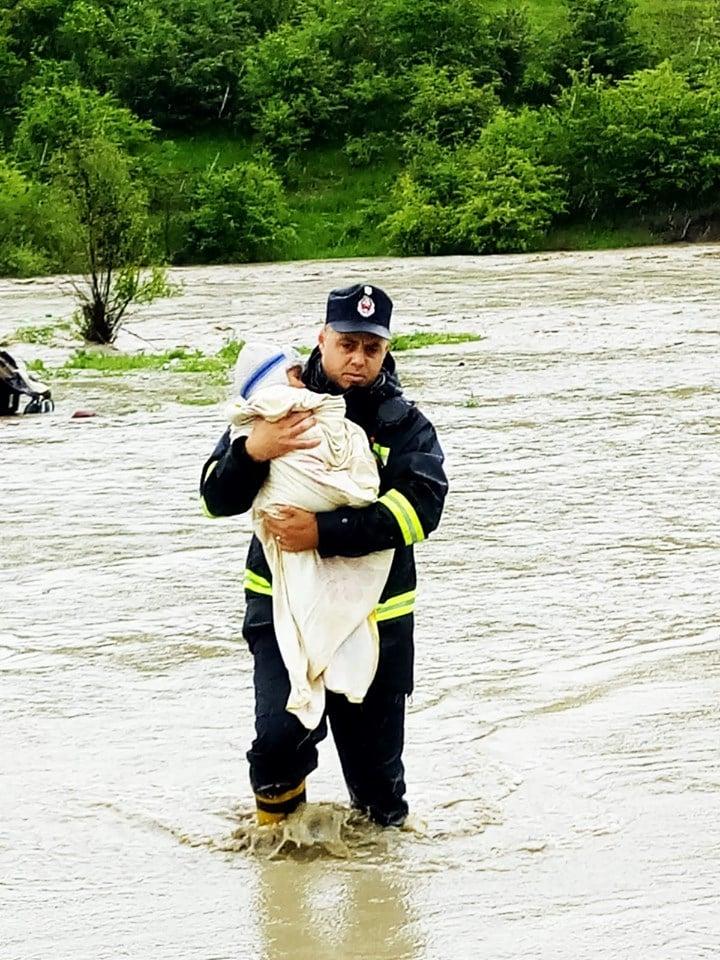 """Jandarmeria """"arestează"""" români, Pompierii salvează români din inundații! IGSU: """"În ultimele zile, pompierii din zonele afectate de vremea rea au fost aproape de oamenii care au avut nevoie de ajutor. Au evacuat persoanele aflate în pericol, au scos apa din casele și curțile cetățenilor, au întărit diguri... au făcut ..."""" 1"""