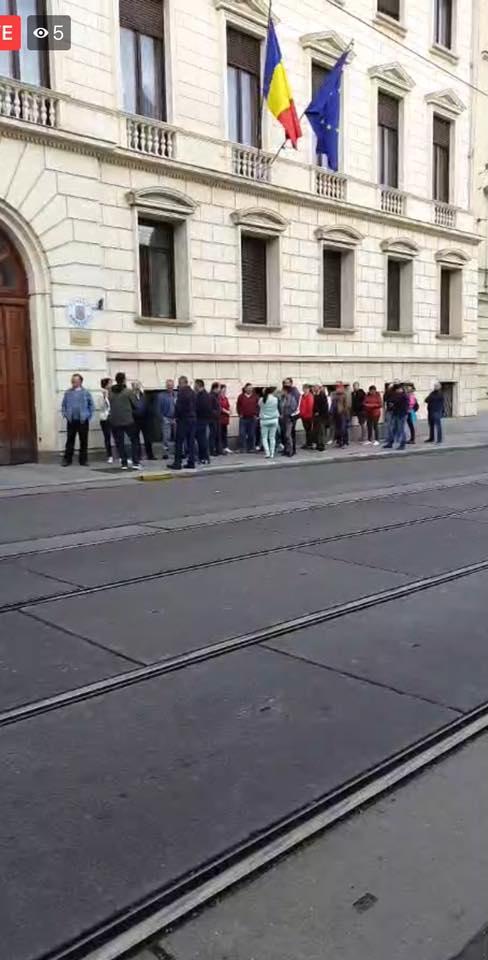 """Alegeri. Cristian: """"Vă spun sincer că mie imaginea asta mi-a produs lacrimi. E de la Viena. Deși acolo încă nu e ora 7, și nu s-a deschis încă secția de votare, mai mulți concetățeni s-au așezat deja la coadă. Deja tradiționala coadă românească.E o zi de speranță și disperare pentru un popor umilit, dezbinat și alungat...."""" 1"""