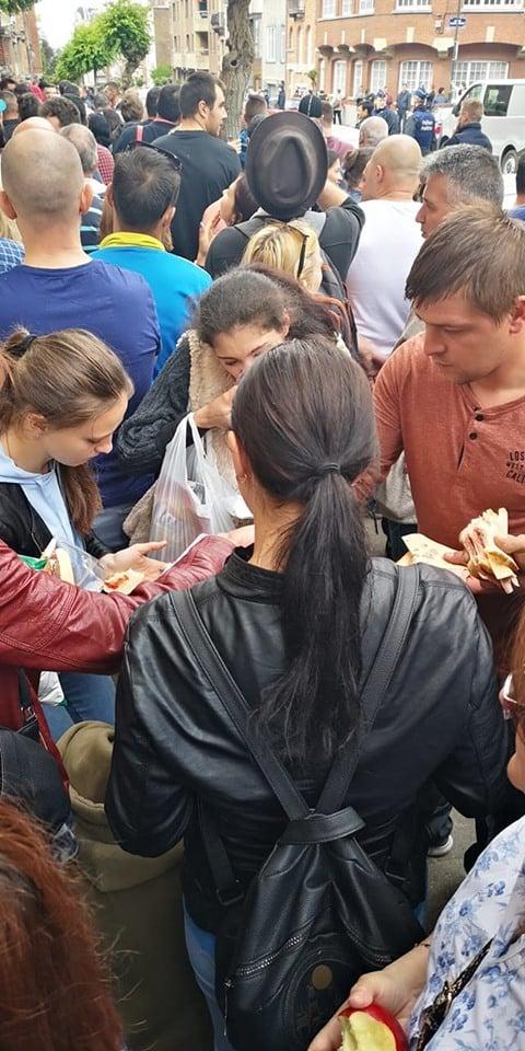 """(Foto) Viață de român la vot în Diaspora. Ciprian Mihali: """"Mâncăm ce apucăm, magazinele din preajma ambasadei s-au golit, oamenii împart cu cei din preajma lor apă, fructe, biscuiți. Picioarele ne ustură îngrozitor, dar nu ne lăsăm. Doar bateriile la telefon cedează. Oamenii aceștia ..."""" 1"""
