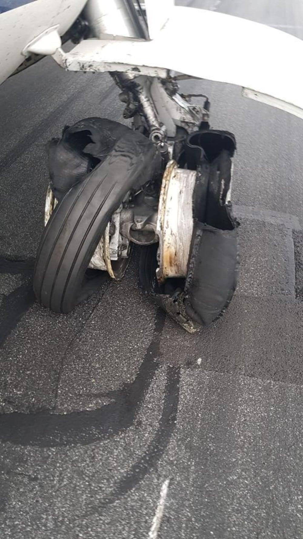 """(Foto/Video) Avion Tarom, pneurile au explodat la aterizare! Ciprian: """"Este inadmisibil ca toate cele 4 roti din spate sa explodeze. Acesta este rezultatul ..."""" 4"""