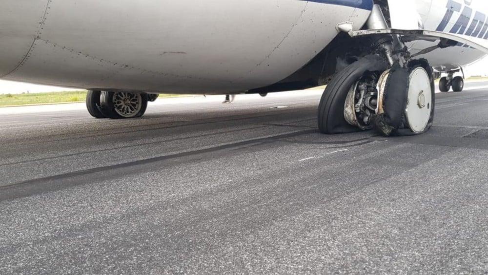 """(Foto/Video) Avion Tarom, pneurile au explodat la aterizare! Ciprian: """"Este inadmisibil ca toate cele 4 roti din spate sa explodeze. Acesta este rezultatul ..."""" 1"""