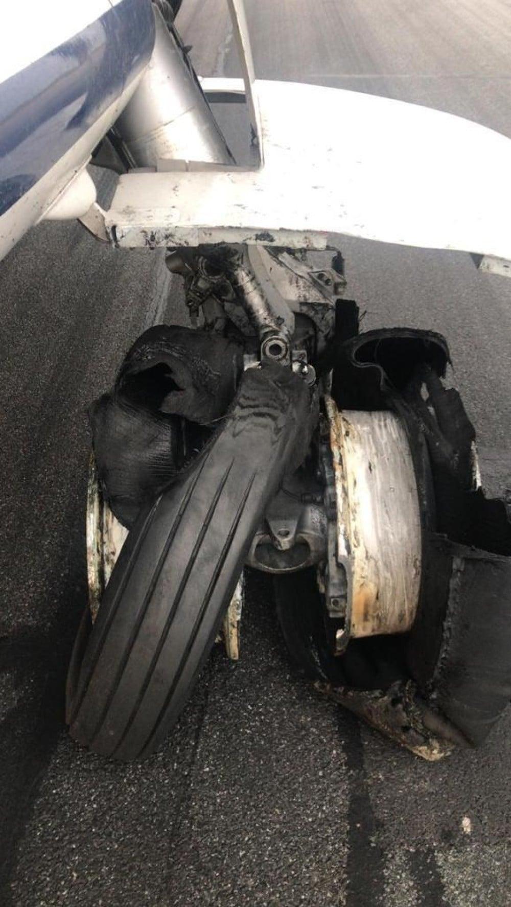 """(Foto/Video) Avion Tarom, pneurile au explodat la aterizare! Ciprian: """"Este inadmisibil ca toate cele 4 roti din spate sa explodeze. Acesta este rezultatul ..."""" 2"""