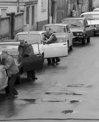 """Pentru cei mai tineri din România.  Mihaela Miroiu: """"Ceea ce vedeți mai jos este imaginea unei cozi tipice la benzina cartelată (20 l. pe lună) în anii 80. Consumul pornitului mașinii la interminabila coadă (uneori și de 7-8 ore, așteptând """"să se bage benzină"""") era..."""" 1"""