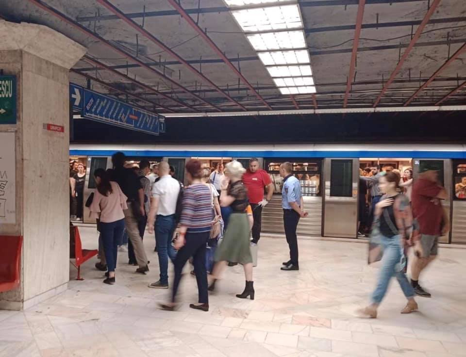 """Mirosurile? Tânără leșinată la metrou? Vitalie Cojocari: """"Cel care mi-a trimis pozele îmi spune că nu doar aglomerația și-a spus cuvântul, ci și mirosul, aerul greu respirabil.  Sindicaliștii din metrou vorbesc de multă vreme de aerul care le face rău. Metrorex..."""" 2"""