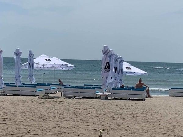 """De ce a dispărut plaja din România?! Lucian Mindruta: """"Azi, plaja Marii Negre nu mai exista. Pe kilometri intregi. In locul ei e o padure de bete si-o plantatie de plastice in cele mai diverse forme. Totul, construit intr-un singur scop"""": 3"""