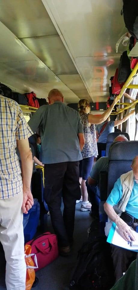 """Flavia: """"Turism cu trenul, in România...pe ruta Oradea-Cluj, se vând bilete cu duiumul și ne încălecăm pe holuri, nu poți ajunge la.locul tău de bagaje și oameni. Când ajungi, țeapă! Pe locul tau sta deja cineva! Unde mai pui că tu ai de fapt grup de 10 persoane, și toate locurile tale sunt ocupate de nesimțiti care refuza sa se ridice?  Cluj-Iasi, clasa 1 ..."""" 1"""