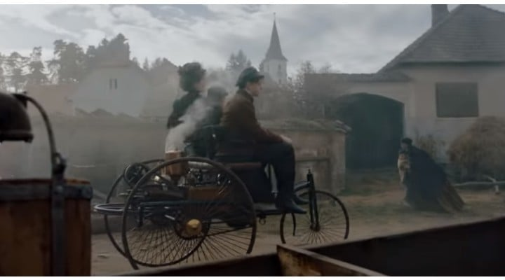 (Video) Mercedes a filmat un clip de promovare în România, bazat pe prima călătorie cu un automobil, făcută în 1888 de Bertha Benz, soţia inventatorului vizionar Karl Benz 1