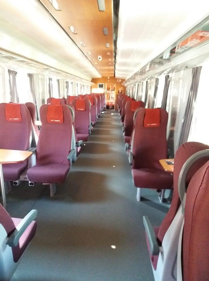 """Româncă în Spania: """"Experienta cu AVE – trenul spaniol de mare viteza. Nimeni nu a mâncat semințe  În tren nimeni nu a vorbit tare sa il auda tot vagonul, nimeni nu a ascultat muzica decât la căști si gunoaiele le depozitau in locuri special amenajate. Daca ți se termina bateria la telefon, nicio problema, fiecare scaun are priza lui pentru încărcat! La un moment dat …"""" 3"""
