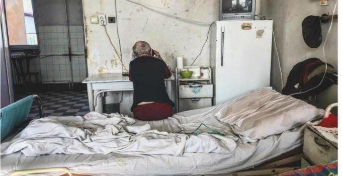 """Medicul Vasi Rădulescu: """"Anul trecut pe vremea asta, Liviu Dragnea își cerea scuze pușcăriașilor pentru condițiile dificile în care ei trebuie să stea. În fix același timp, un salon de spital din Timișoara arăta ca-n poză, dar fostul lider PSD n-a precupețit vreodată să le ceară scuze pacienților, că doar nu era caz izolat, știm cu toții că-n țară mai avem spitale vai de mama lor.  Am înțeles însă schema. Lui Liviu ..."""" 5"""