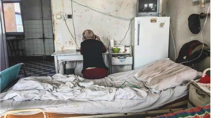"""Medicul Vasi Rădulescu: """"Anul trecut pe vremea asta, Liviu Dragnea își cerea scuze pușcăriașilor pentru condițiile dificile în care ei trebuie să stea. În fix același timp, un salon de spital din Timișoara arăta ca-n poză, dar fostul lider PSD n-a precupețit vreodată să le ceară scuze pacienților, că doar nu era caz izolat, știm cu toții că-n țară mai avem spitale vai de mama lor.  Am înțeles însă schema. Lui Liviu ..."""" 1"""