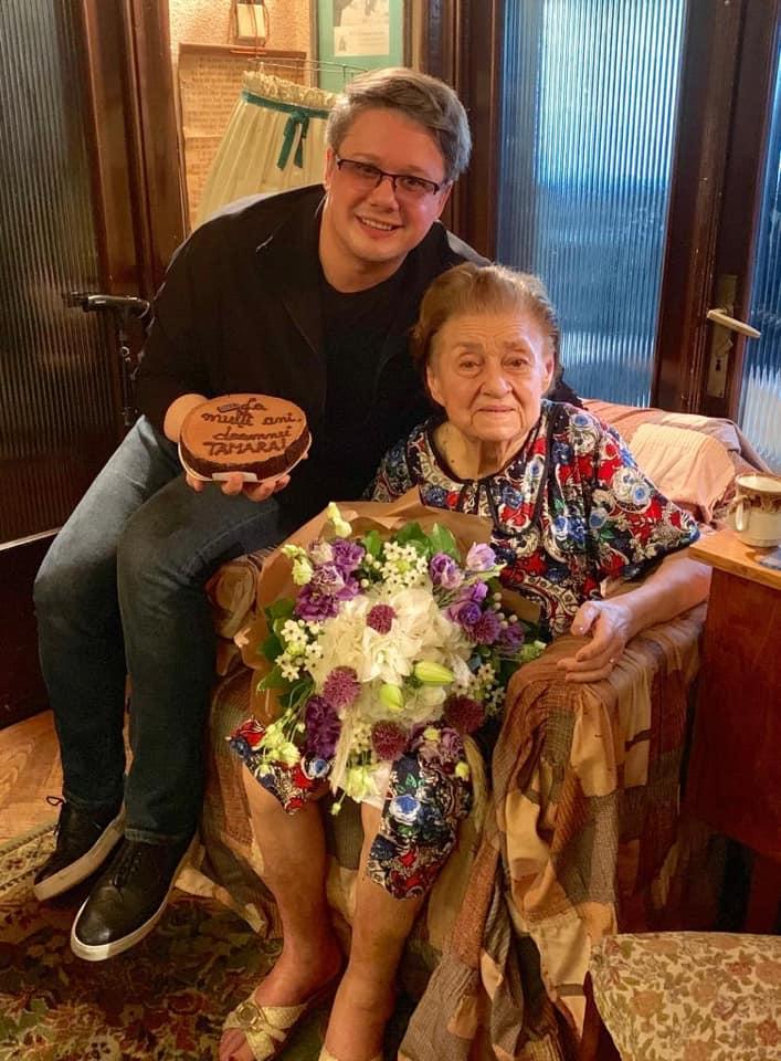 """(Foto) Tamara Buciuceanu Botez a împlinit 90 de ani. Fuego: """"Sunt tare fericit! Am ajuns ieri la doamna TAMARA BUCIUCEANU BOTEZ  ..Asta e ea – pozitivitate, bunătate, naturalețe și o luciditate cum rar ți-e dat să vezi! I-am dus tort, am ciocnit și i-am oferit, simbolic, distincția """"DRAG DE ROMÂNIA MEA!"""", pentru tot ce înseamnă ea în această țară pe care a marcat-o definitiv cu talentul său suprem!"""" 1"""