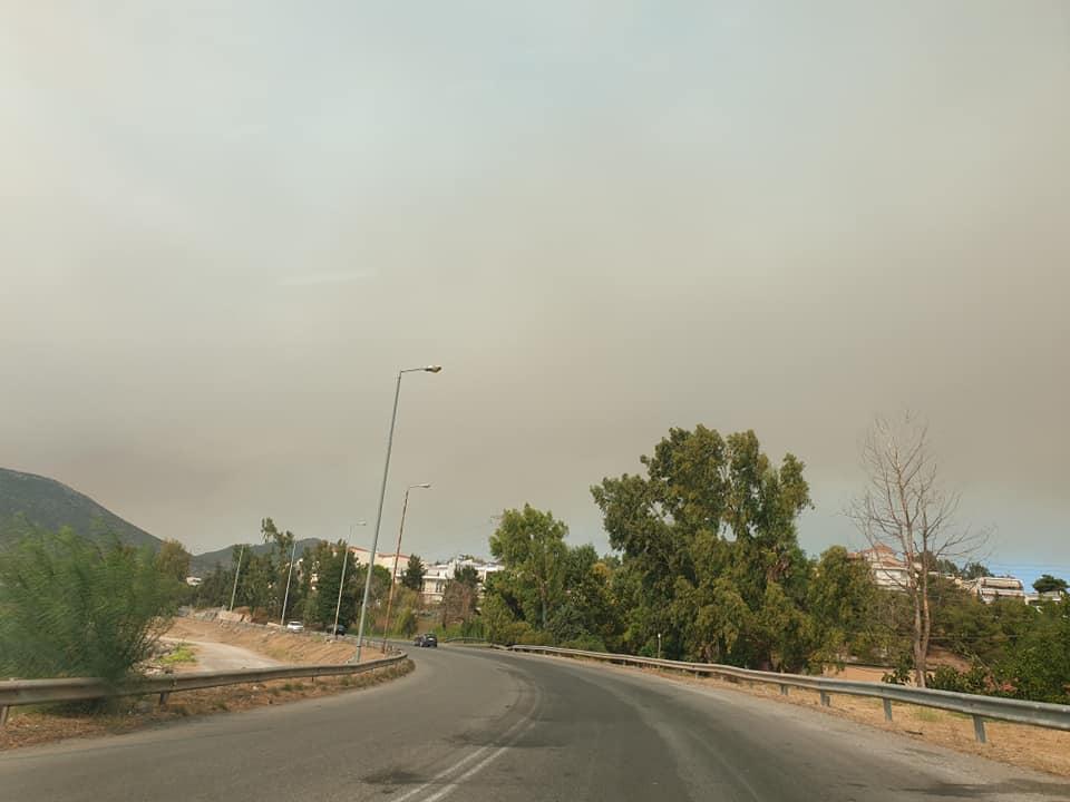 """(Foto) Româncă în Grecia. """"Cam asa arata cerul înspre Atena...Fum, cenușă in aer si avioane care se chinuie sa stingă incendiile..."""" 1"""