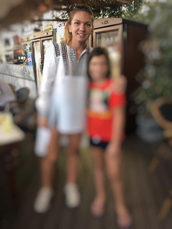"""Adelin Petrisor: """"Smaranda (9 ani) e foarte bucuroasa. A reușit sa facă o fotografie cu Simona Halep, un lucru pe care-l dorea cu ardoare de multa vreme. Cum nu am fost de fata, am încercat sa aflu amănunte.  - Te-ai dus tu la Simona sau a rugat-o Maria? - Eu m-am dus, mi-a răspuns Smaranda scurt.  - Si ce i-ai zis?"""" 1"""