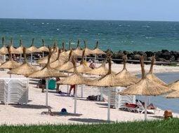 """De ce a dispărut plaja din România?! Lucian Mindruta: """"Azi, plaja Marii Negre nu mai exista. Pe kilometri intregi. In locul ei e o padure de bete si-o plantatie de plastice in cele mai diverse forme. Totul, construit intr-un singur scop"""": 8"""