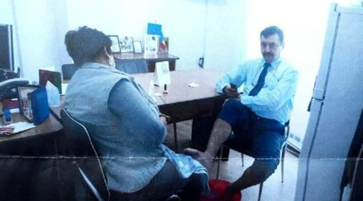 Reacție. Director dintr-o primărie din România, spălat pe picioare în birou de o angajată. Explicațiile oficialului 1