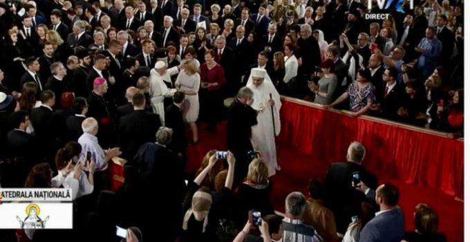 Gestul făcut de Papa Francisc pentru Alessandra Stoicescu, însărcinată,  în Catedrala Mântuirii Neamului 7
