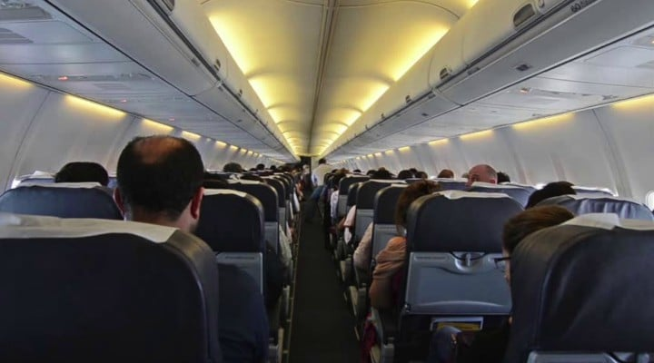 """Româncă din Londra: """"Avion plin. Bagaje multe...Aterizam. Tot avionul se îmbracă cu gecile și își ia valizele în brate cu 20 de minute înainte. O tensiune de o tai cu cuțitul. Toți așteaptă cursa nebuna a ieșirii din avion, de parca viețile lor ar fi în joc. Și, bineînțeles, toți în picioare în momentul în care trenul de aterizare atinge pista...Scot valize, împart bagaje unii peste capetele altora. Măsoară cu coada ochiului oamenii din jur, încercând sa analizeze dacă ii pot """"dovedi"""" în goana spre ieșire. Tot culoarul de mijloc e..."""" 1"""