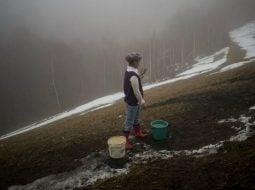 """Bogdan Dinca: Cristina, 13 ani, cară apă de la un izvor din pădure februarie 2019.Cristina merge pe jos mai mult de o oră pentru a ajunge la școală, împreună cu cele două surori mai mici. Are un sertar în care ține diplomele pe care le-a primit până în clasa a V-a. Mama ei a plecat acum trei ani ..."""" 4"""