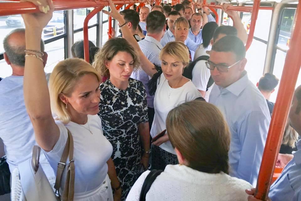 """Gabriela Firea îl copiază pe Emil Boc și se plimbă cu tramvaiul. Doar că este păzită bine de """"bodyguarzi"""". Ciprian Ciucu: """"Câtă ipocrizie în acestă fotografie! Gabriela Firea nu merge în mod normal cu tramvaiul: o face doar pentru poze. Nu merge singură, ci cu un alai. Nu este printre oameni, cum vrea să sugereze ci este bine păzită și protejată de oamenii ei, de aceia pe care îi ține pe ..."""" 1"""
