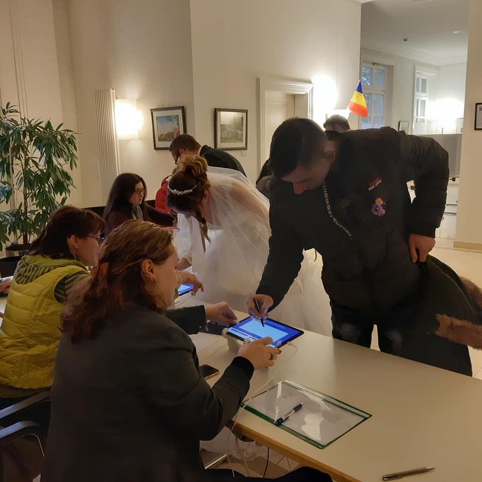 (Foto) Mirese românce la vot, în Germania și Italia. Peste 285,000 de romani din Diaspora au votat până acum! 1