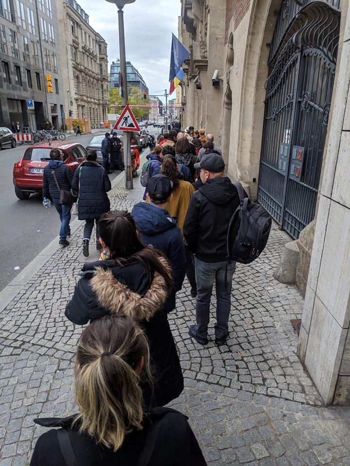 """(Foto) Cozi la vot! 1 milion de români din Diaspora vor merge la vot? Ramona Strugariu: """"Dragă diasporă inimoasă, vă mulțumesc pentru inspirație, am decis, mă duc duminică în ..."""" 1"""