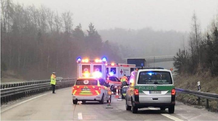 (Video) Cât ghinion! Un şofer român de TIR a murit pe autostradă, în Germania, în timp ce dădea declaraţii poliţiştilor.  O altă mașină a lovit în plin autoturismul poliţiei şi l-a proiectat direct în şoferul român 1
