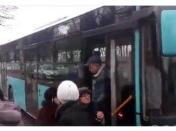 """(Video) Cristi Rosu. """"Prizonieri într-unul dintre noile autobuze ...Primele semne au apărut la semafor...când s-a oprit motorul. După 3-4 minute de încercări repornește, dar frânele rămân blocate încă vreo 2 minute....își dă obștescul sfârșit, fără motor, fără curent, fără presiune hidraulică, fără sistemul de deschidere de urgență a ușilor!"""" 15"""